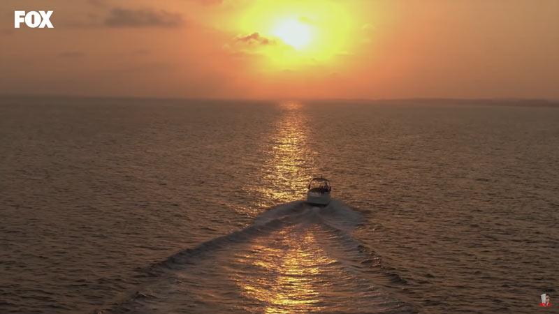 eda et serkan sur un yacht au coucher du soleil dans sen cal kapimi episode 5
